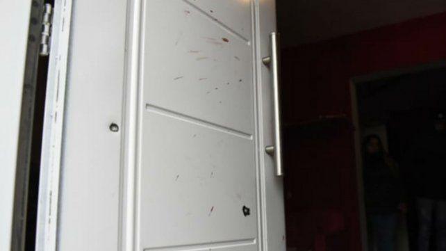 Los impactos de bala que quedaron marcados en la puerta.