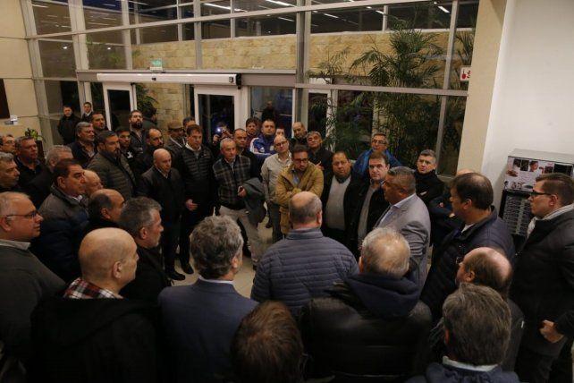 Tapia saluda al numeroso grupo de directivos que fueron a recibirlo al aeropuerto con aplausos.