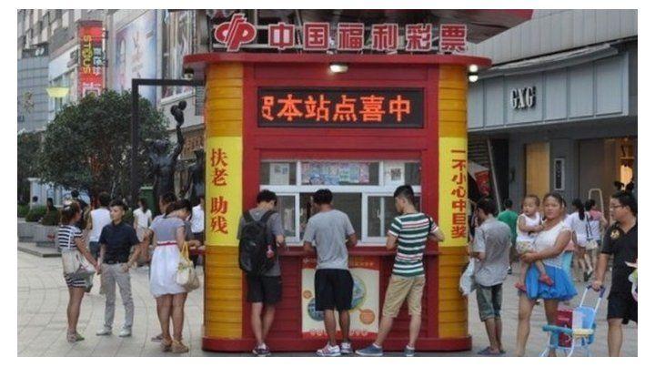 En las casas de apuestas de las distintas ciudades chinas se forman largas filas para apostar por el Mundial.