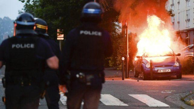 La situación seguía siendo tensa anoche: dos automóviles y un colectivo fueron incendiados.