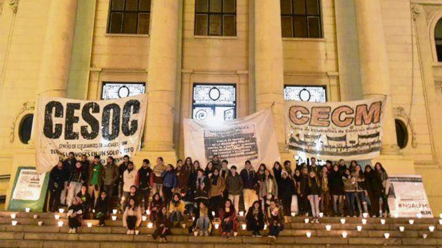 De vigilia. La protesta sumó a estudiantes y docentes de la facultad.