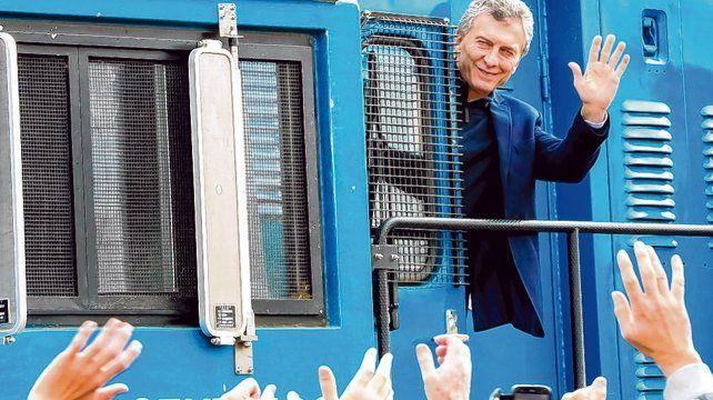 En tren. Macri recorrió un tramo de vías renovadas del ferrocarril Belgrano Cargas