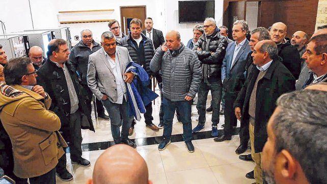 Todos unidos. Tapia es el centro de atención en el hall del aeropuerto. El presidente de la AFA recibió el respaldo de muchos dirigentes que madrugaron para avalarlo.