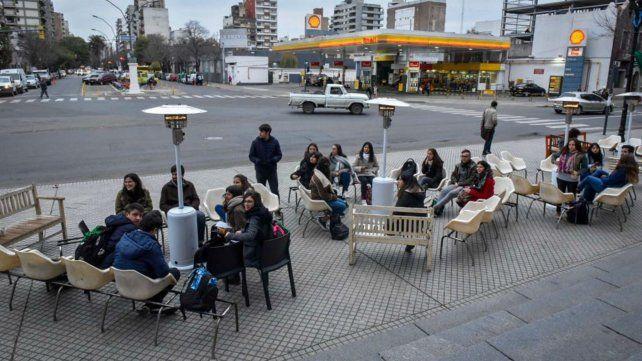 Desayuno solidario en la helada mañana de jueves, frente a Medicina.