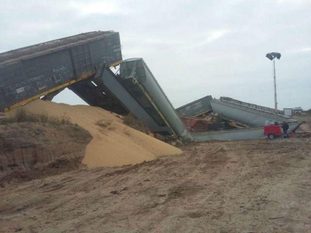 La formación se desplomó tras ceder el puente que una ambas localidades sobre la ruta nacional 11.