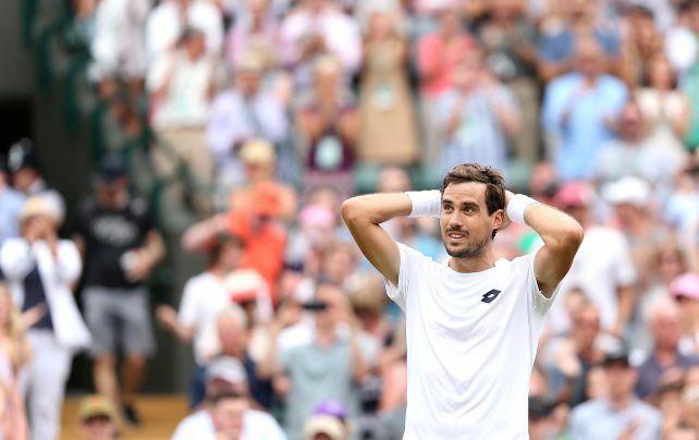 No lo puede creer. Guido Pella acaba de eliminar al tercer favorito en la catedral del tenis.