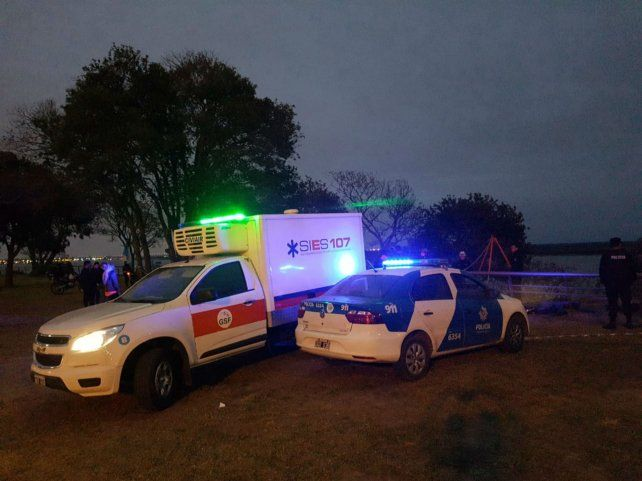 Un vehículo del Sies trasladó el cuerpo al Ïnstituto Médico Legal.