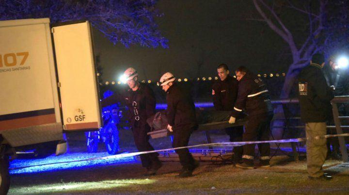Rescatistas trasladan el cuerpo al vehículo del Sies.