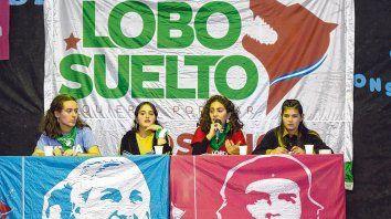 Verona Ciafardoni, Ofelia Fernández, Luisina Roldán y Wanda Sampieri, en el panel realizado el sábado pasado en la Escuela Almafuerte.