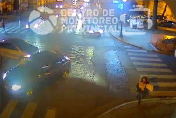 Un violento choque en Oroño y Tucumán quedó filmado
