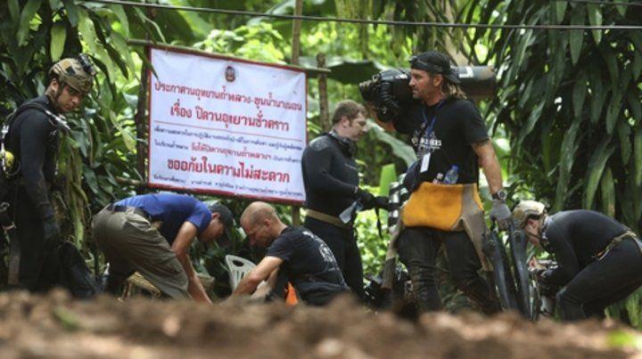 Fuera de la cueva se congregan más de 1.000 funcionarios del gobierno