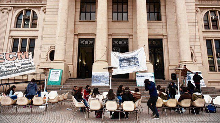 Protesta. Ayer hubo un desayuno solidario frente a Medicina.