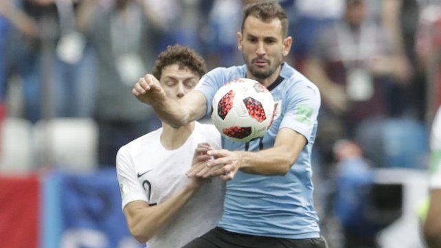 El uruguayo Cristhian Stuani disputa una pelota con el francés Benjamin Pavard.