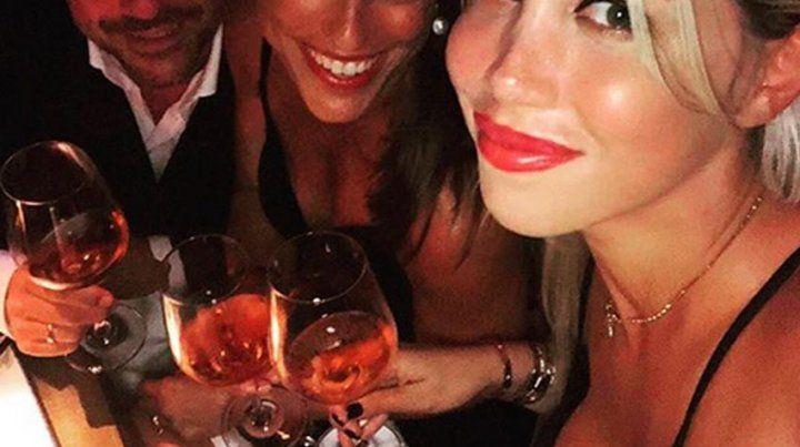 Besos y brillos en la excéntrica noche de Wanda y Mauro en Ibiza