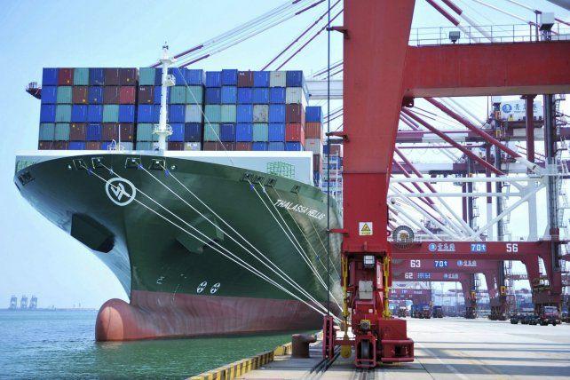 Proteccionismo. Un carguero embarca contenedores en el puerto de Qingdao