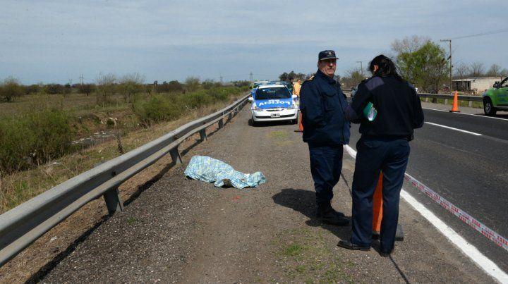 En la banquina. El cuerpo de Alfonso quedó junto a la ruta 18.