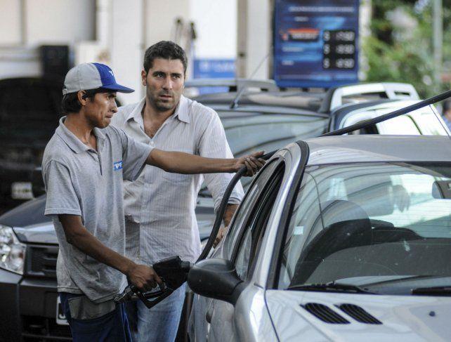 Gota a gota. El mercado de los combustibles se convulsionó por la devaluación y la suba del crudo.