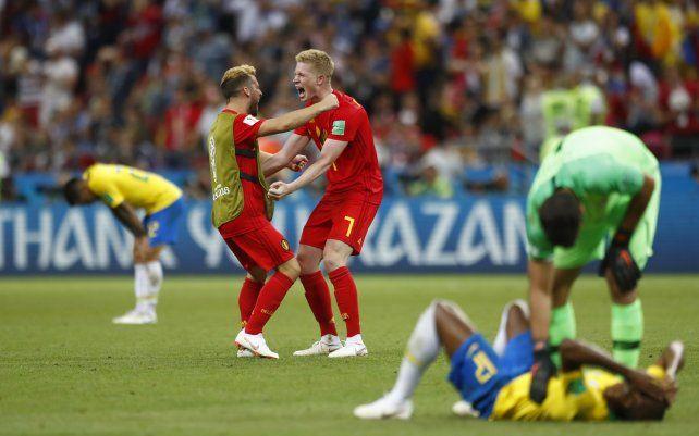 Kevin De Bruyne se saluda con un suplente belga una vez consumada la clasificación a semifinales.