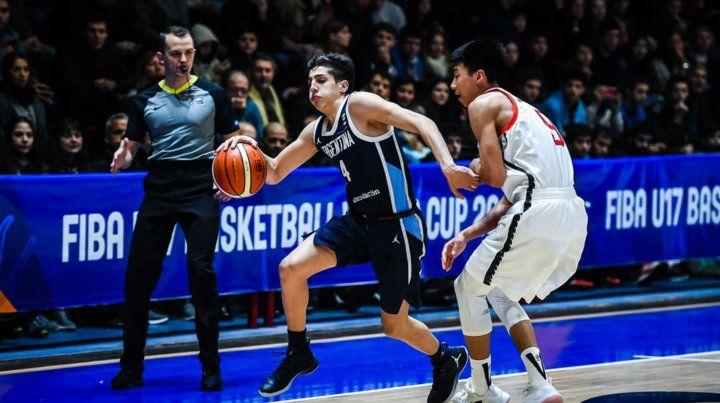 En ataque. Mateo Díaz encara frente a la marca de un jugador chino.