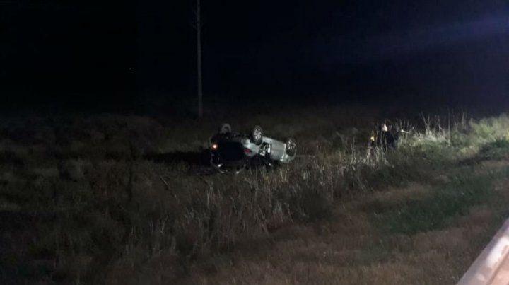El vehículo terminó a varios metros de la banquina.