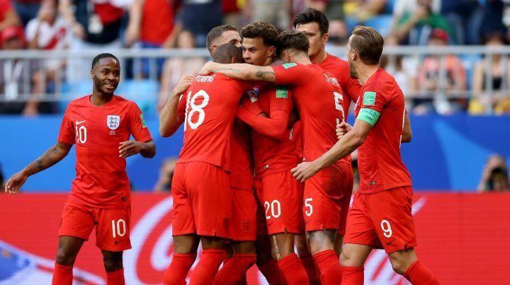 Dele Alli es abrazado por sus compañeros tras la conquista del segundo gol.