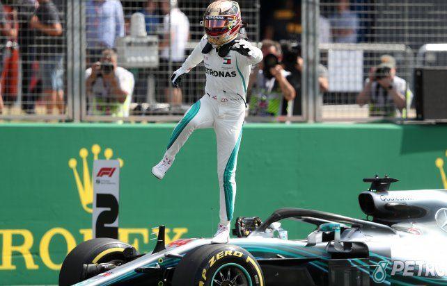 Hamilton festeja el haber superado por media centésima el tiempo del alemán Vettel.