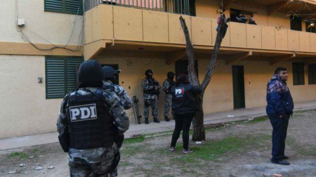 La policía realizó un allanamiento en el barrio Municipal.