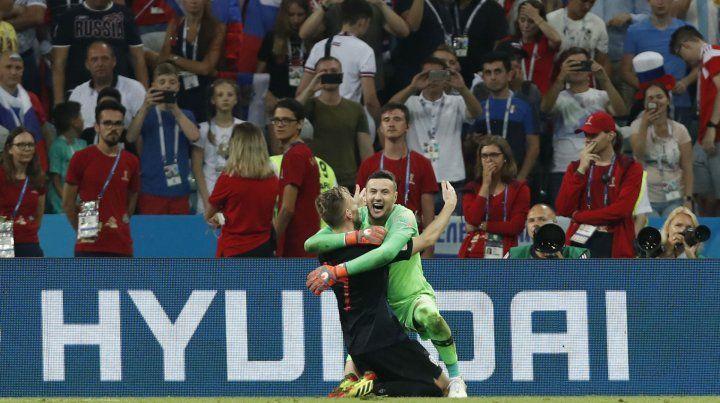 Rakitic y Subasic festejan el triunfo por penales y la clasificación a las semifinales de Rusia 2018.