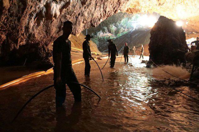 Ayer los militares tailandeses intentaban tender una tubería de aire que llegue hasta el fondo de la cueva, a 4 km.