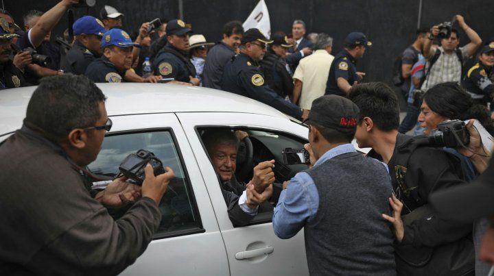 Sin cuidado. El político de izquierda saluda a seguidores que bloquearon el paso de su vehículo particular.