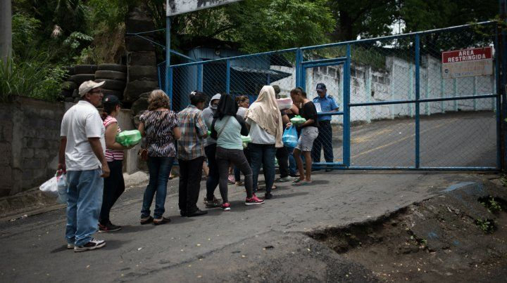 Nicaragüenses aguardan para conocer la suerte de algún familiar detenido por las fuerzas sandinistas.