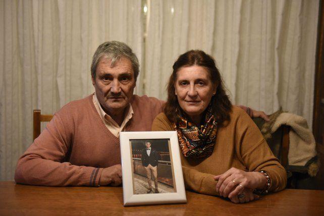 Sonia y Daniel Ibáñez en la puerta de su casa de Murphy
