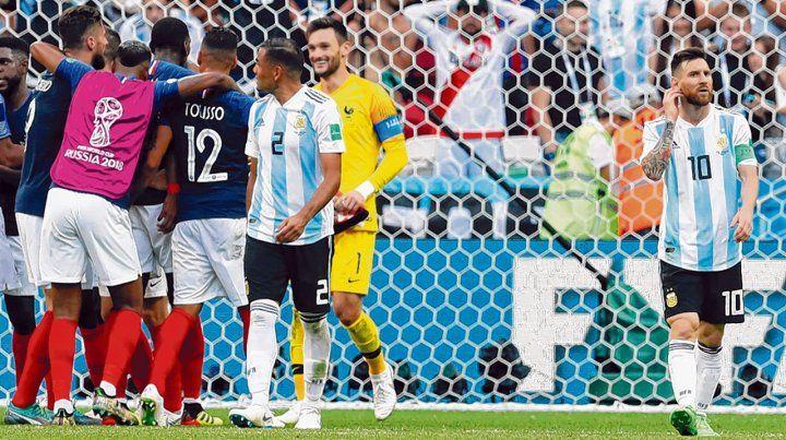 Cara y ceca. Toda Francia festeja el pase a cuartos y lo sufren Gabriel Mercado y Leo Messi. Argentina decepcionó en el Mundial de Rusia y se volvió a casa temprano.