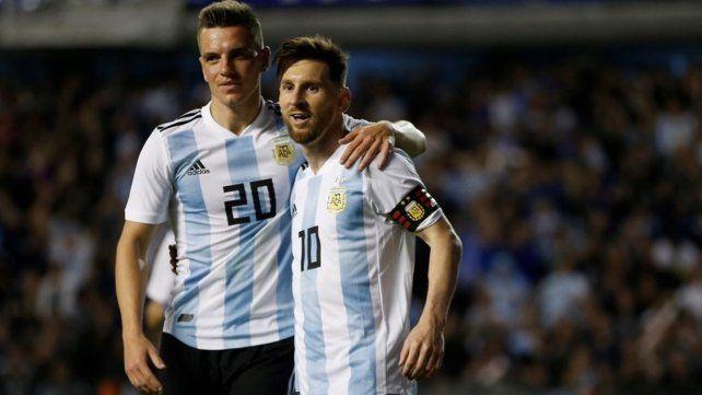 Alta sociedad. Lo Celso se abraza con Messi en el amistoso ante Haití. Fue el último partido de preparación y la última vez que Gio lució la celeste y blanca.