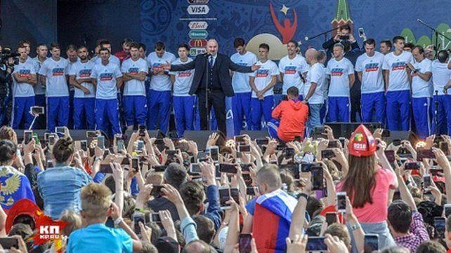 Histórico. El técnico Cherchesov encabezó el largo y cálido festejo desatado en la capital