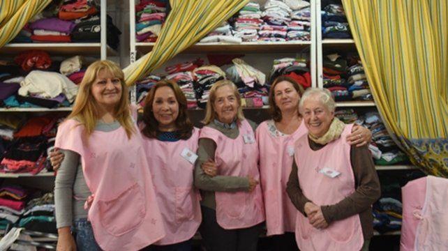 Solidarias. Las Damas Rosadas llevan ya más de diez años recorriendo las salas del hospital de la zona norte.