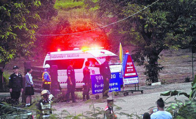 Operativo. Una ambulancia deja la zona de la cueva Tham Luang transportando alguno de los chicos. <br>