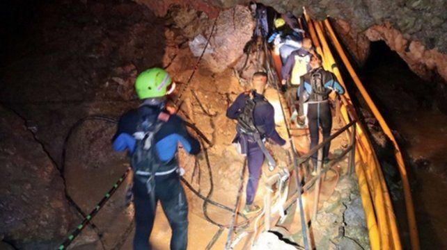 Pasadizos. Miembros del equipo de rescate tailandés caminan por dentro de la caverna.