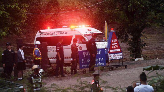 Ya rescataron a ocho de los chicos atrapados en una cueva en Tailandia