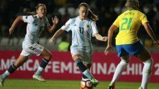 La mendocina Estefanía Vanini, la estrella de la selección argentina femenina, gambetea en la Copa América.