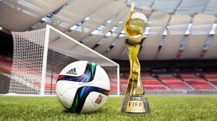 La redonda y la copa. Con esta imagen se publicita el Mundial de Francia del año que viene.