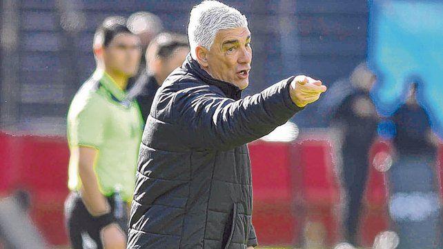 Enérgico. El técnico rojinegro dio indicaciones y se mostró fastidioso durante el partido ante el charrúa por la imprecisión.