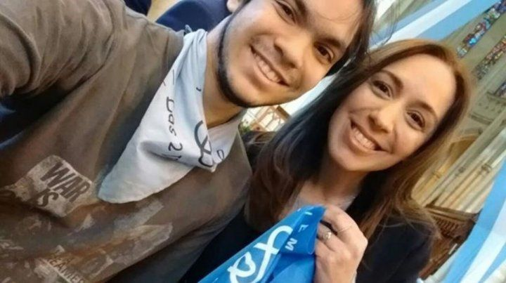 a gobernadora Vidal posa con un joven con el pañuelo celeste