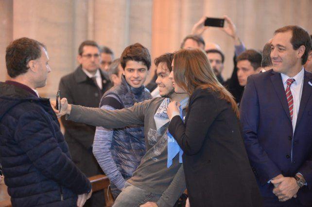 La gobernadora Vidal posó con un pañuelo celeste en apoyo a las dos vidas