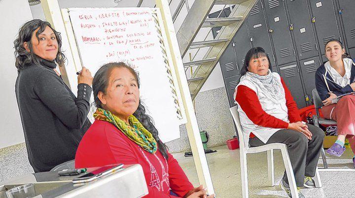 Intercambio. Dos referentes de la comunidad qom compartieron conocimientos con el personal de salud.