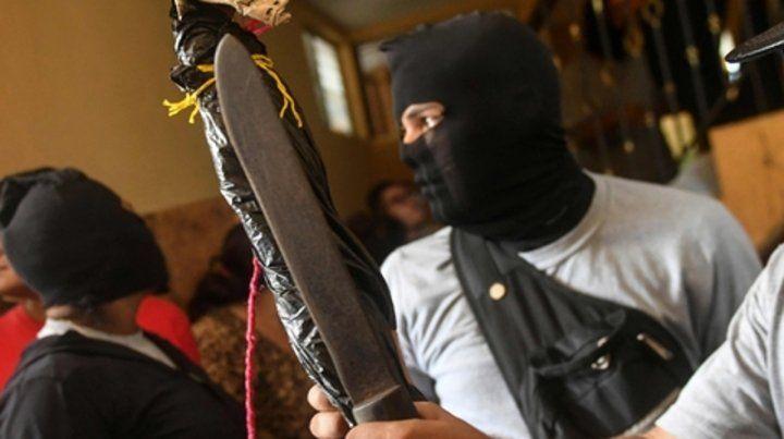 Impunidad. Los paramilitares rodean la basílica donde se hallaba la delegación de la Iglesia en Diriamba.