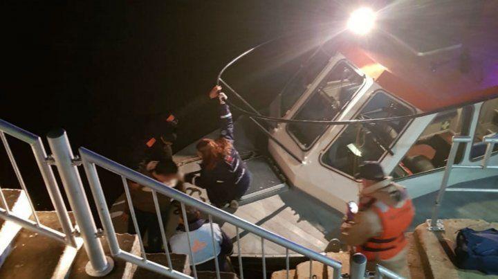 Una lancha de Prefectura se sumó al rescate del joven.