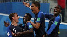 Umtiti festeja su gol con Griezmann, Varane y Pogba. Francia es finalista.