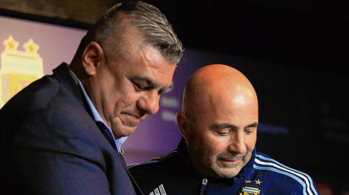Otros tiempos. Tapia y Sampaoli cuando el técnico asumió. Hoy no saben cómo echarlo.