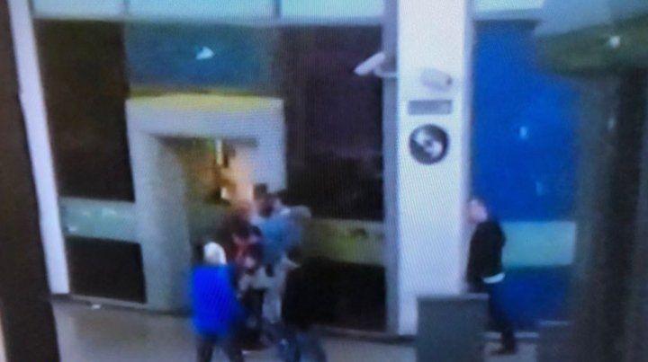 El forcejeo entre el policía y los delincuentes. (Foto: Imagen de TV)